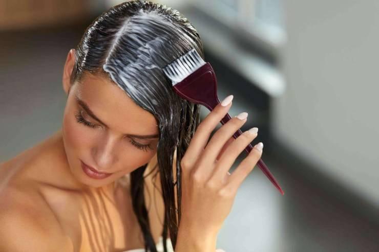 donna applica tinta per capelli