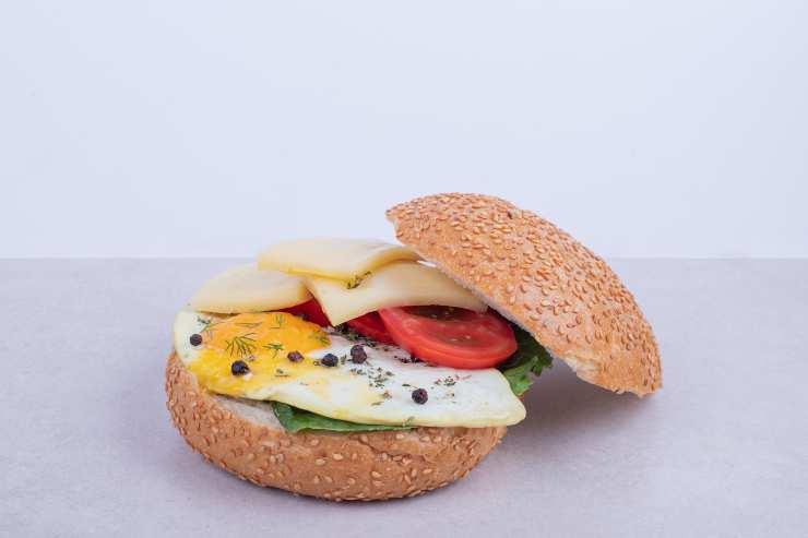 Panino con formaggio e uova