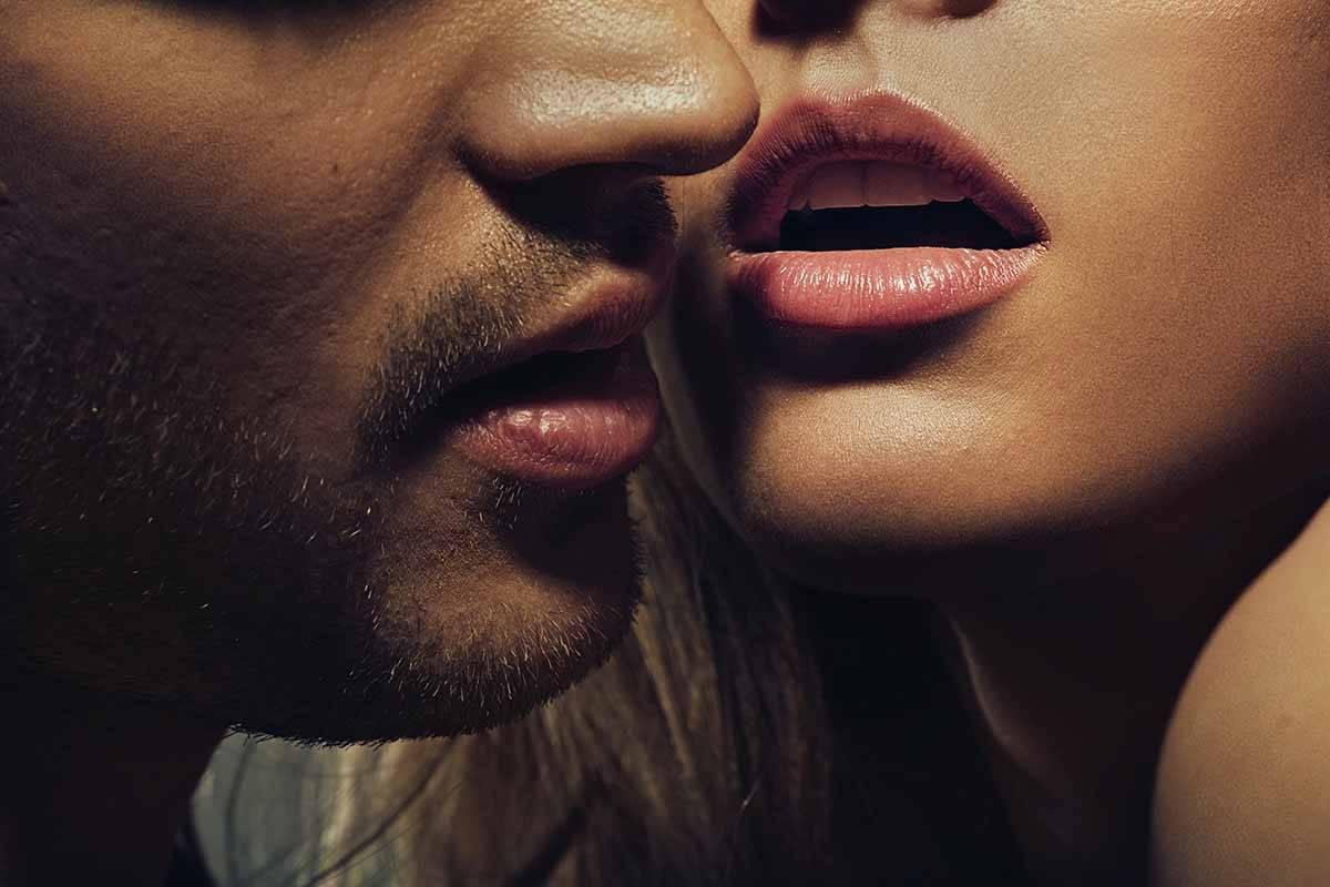 I tipi di baci che fanno impazzire il partner, bacialo così e scopri cosa accade