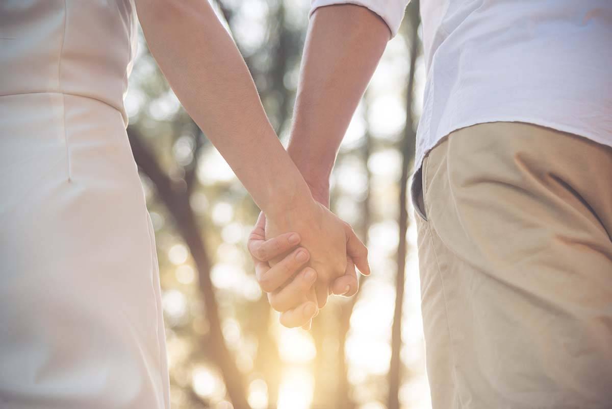 Scopri il motivo incredibile per il quale non dovresti mai camminare mano nella mano