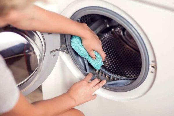 Come eliminare la puzza di muffa dalla lavatrice con un trucco