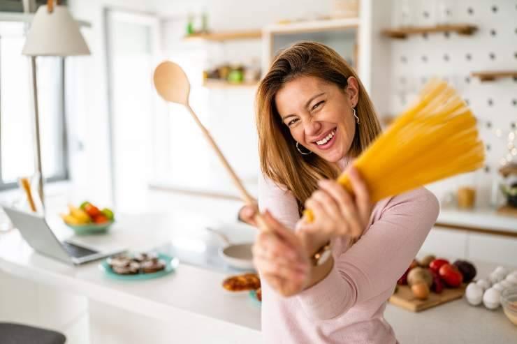 donna con pasta