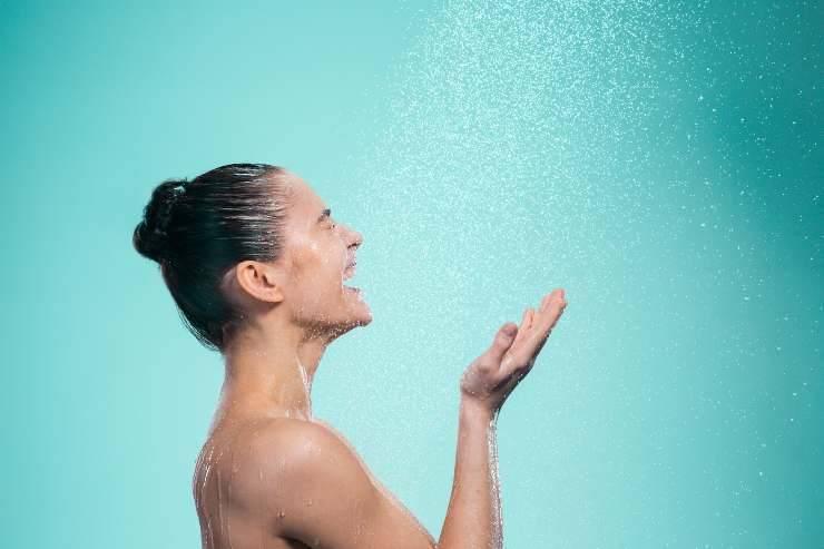 donna in doccia
