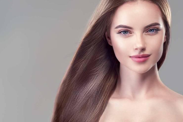 donna con capelli lisci