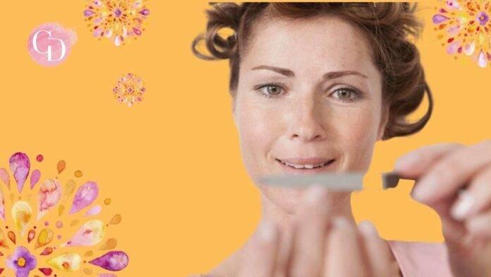 donna che lima le unghie