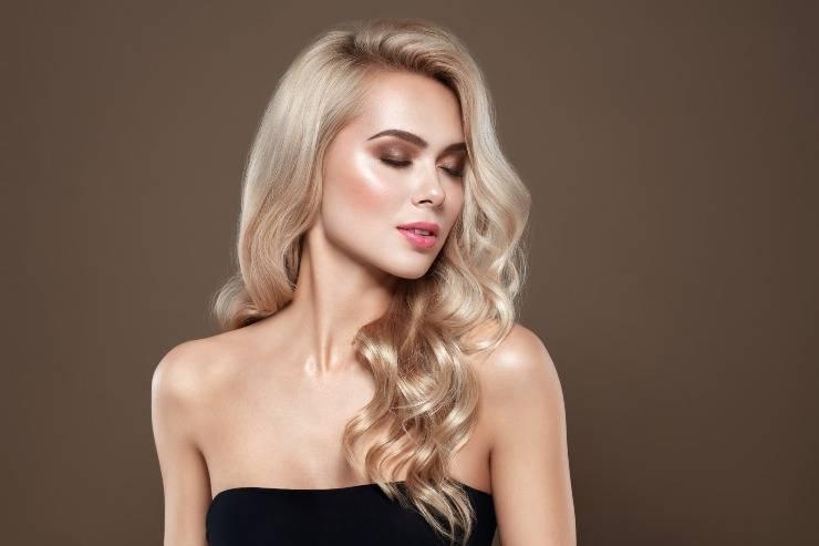 donna con capelli lunghi biondi