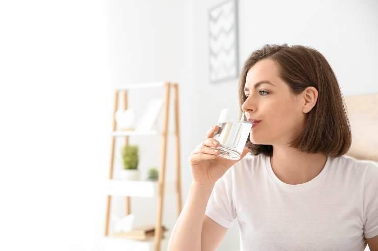 donna che beve
