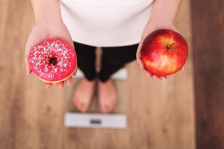 donna cibo e bilancia