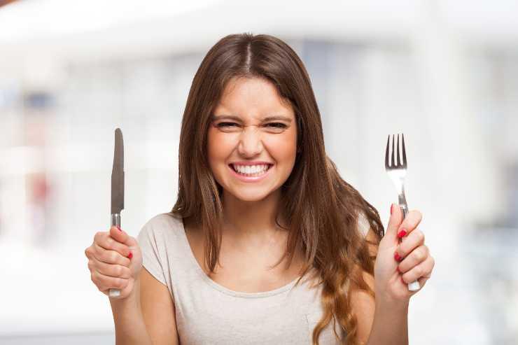 donna con coltello e forchetta