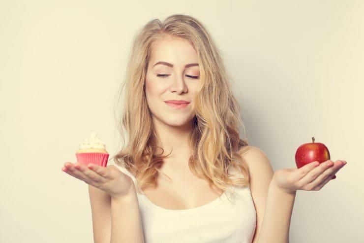 donna con dolcetto e mela