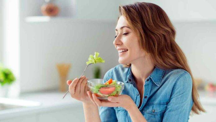 donna con insalata