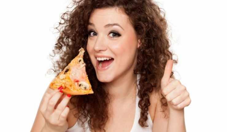 donna con pizza