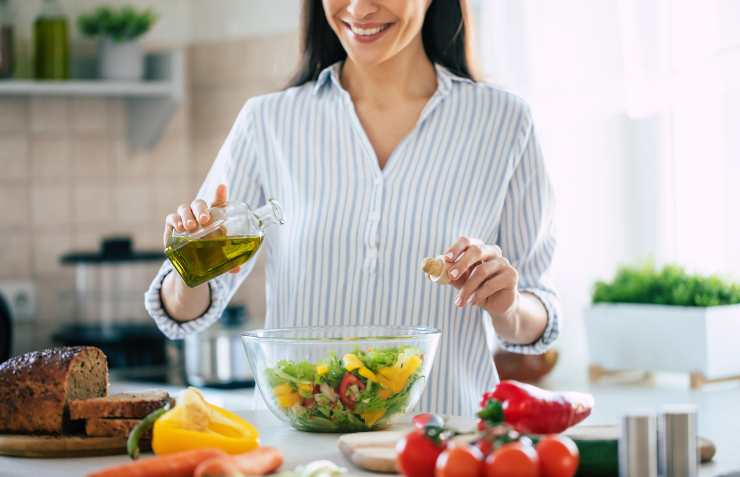 donna condisce insalata