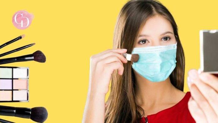 donna che si trucca con la mascherina