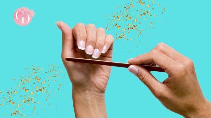 donna si lima le unghie