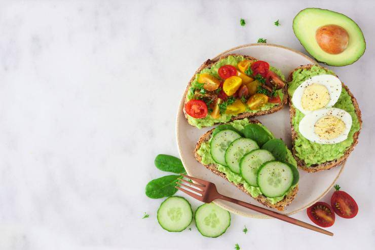 avocado toast su piatto