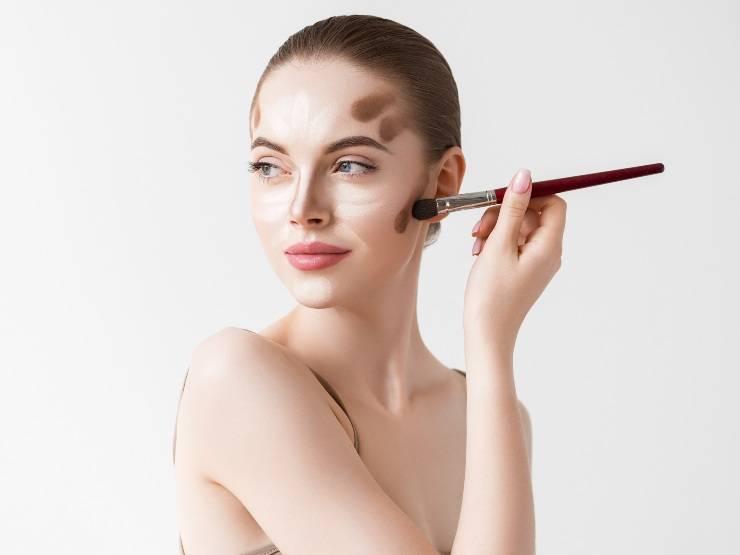 donna con contouring makeup