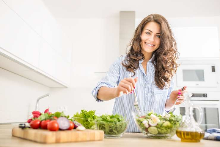 donna mescola insalata
