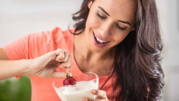 donna con yogurt