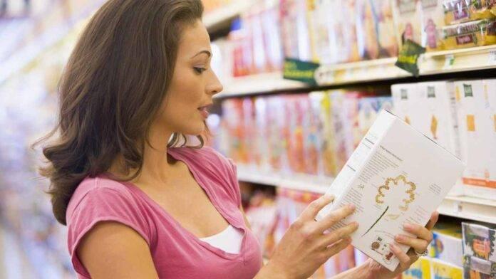 donna legge etichetta
