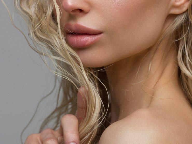 donna con labbra in primo piano