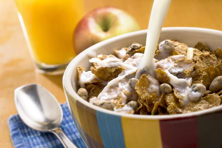 latte con cereali e succo d'arancia