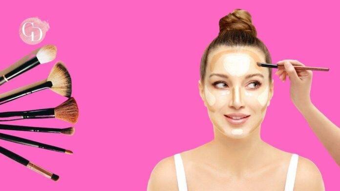 donna con contouring makeup su sfondo rosa e pennelli da trucco