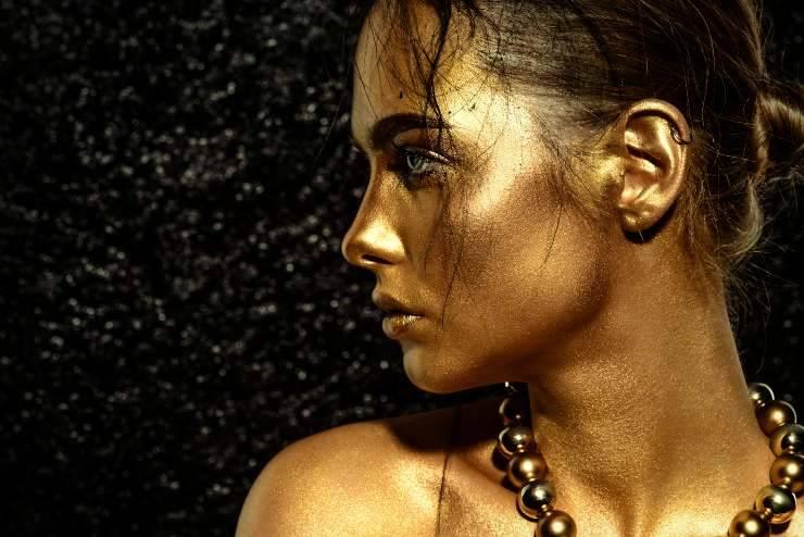 donna con pelle dorata