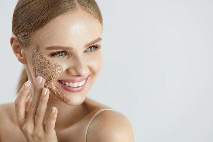 donna si applica scrub viso