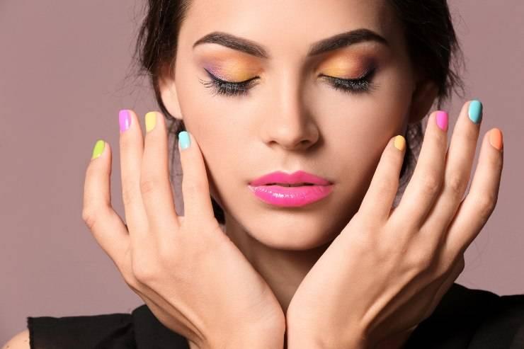 donna che indossa smalto colorato alle unghie