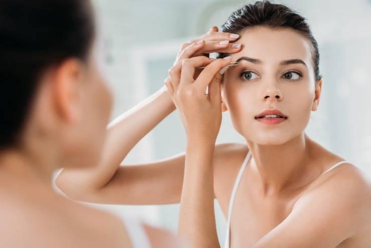 donna che si depila sopracciglia