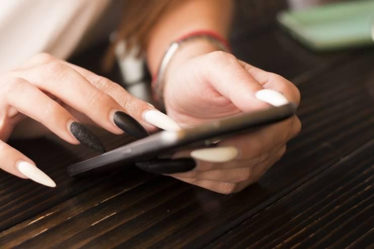 donna con unghie molto lunghe