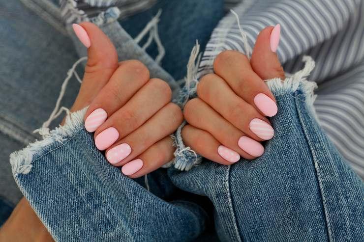 mani con smalto rosa