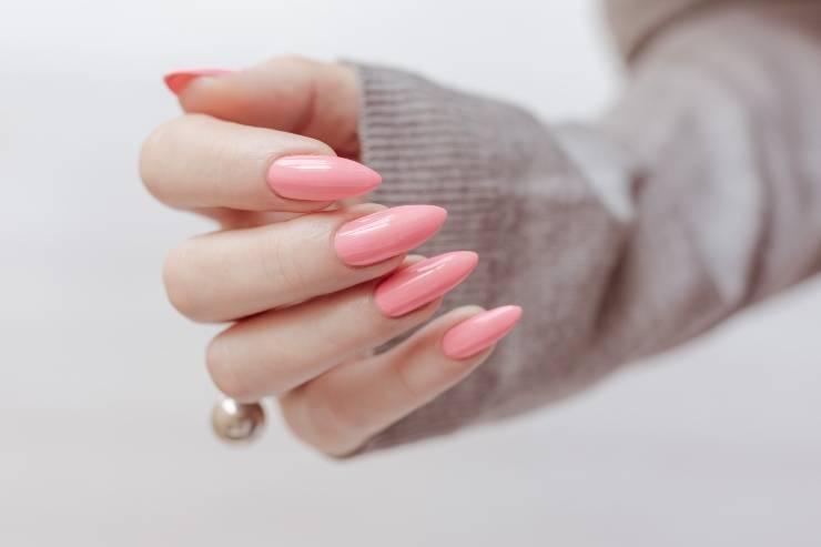 donna con unghie rosa