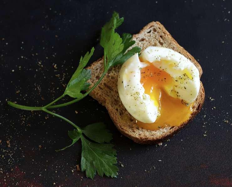 uova in camicia su pane