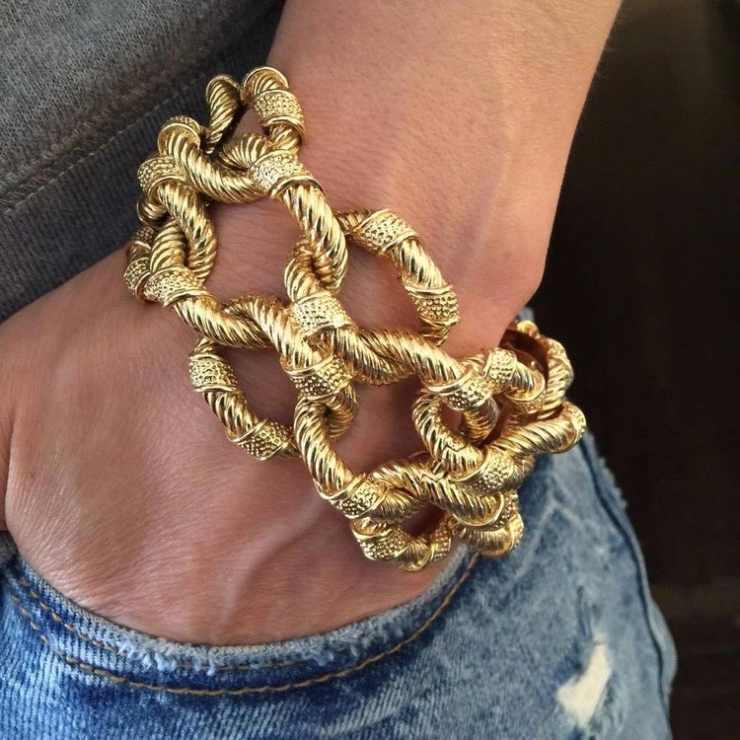 Bracciale dorato a catena grossa, un must.