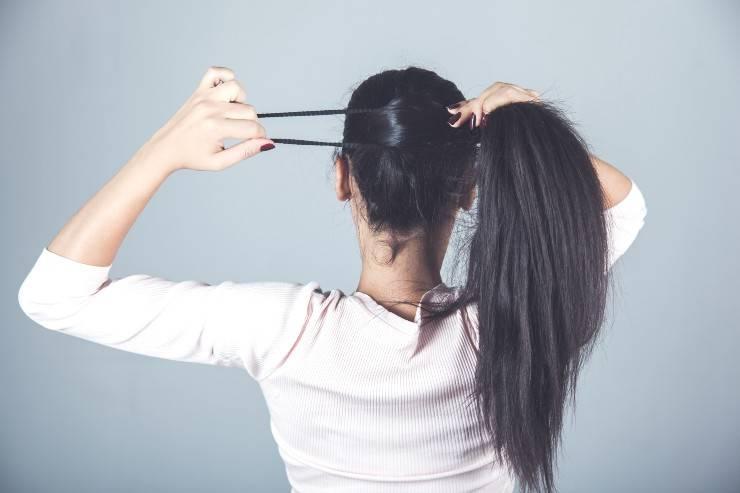 donna che si lega i capelli
