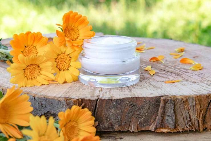 crema viso con fiori di calendula