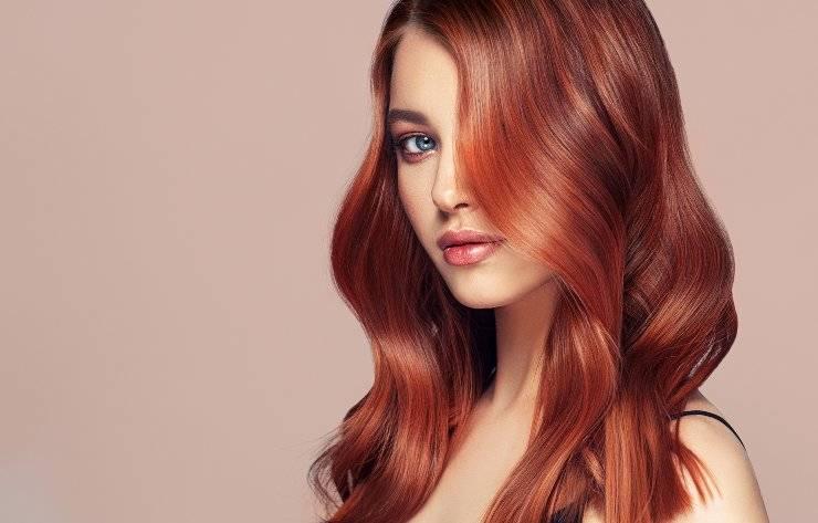 donna con capelli rossi con onde
