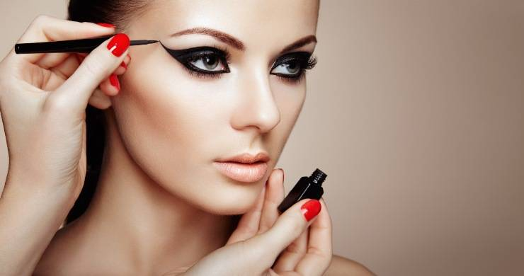 Donna con eyeliner nero allungato