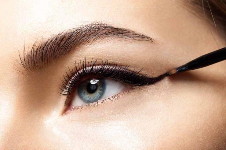 occhio donna con eyeliner nero