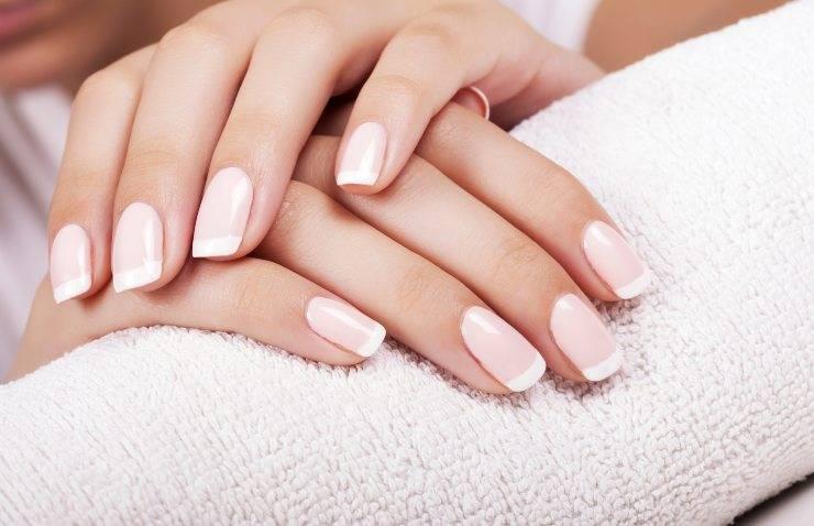unghie donna con smalto bianco latte