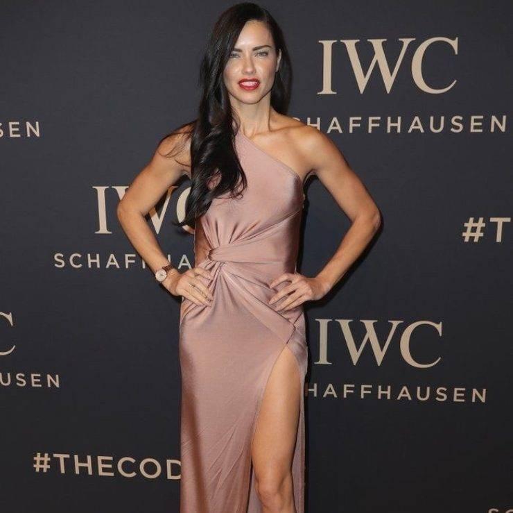 Adriana Lima in abito da sera lungo con spacco laterale.
