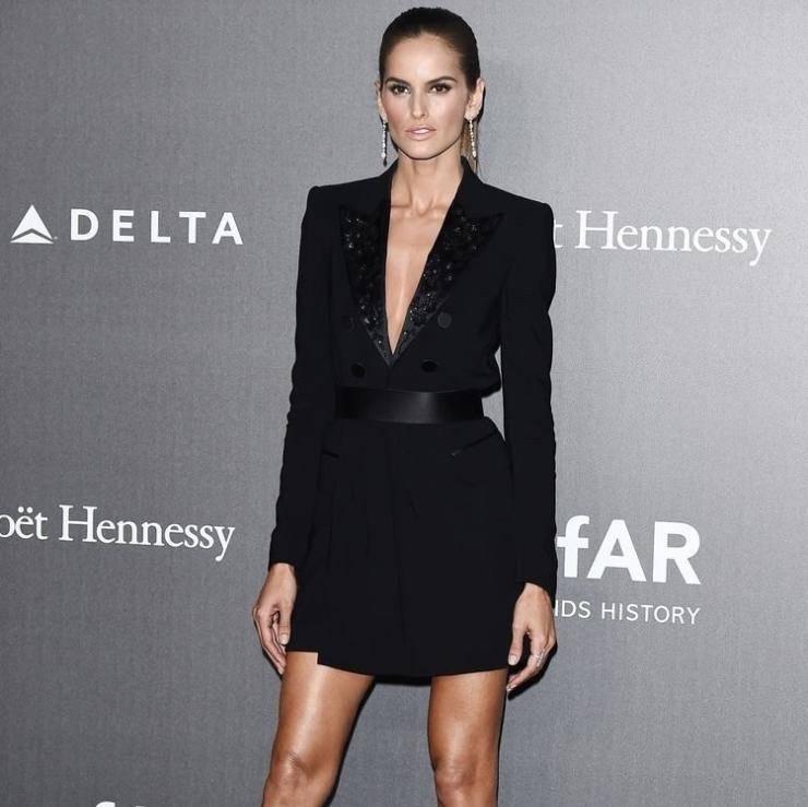 Alessandra Ambrosio in abito - giacca nero alla serata Amfar della Mfw
