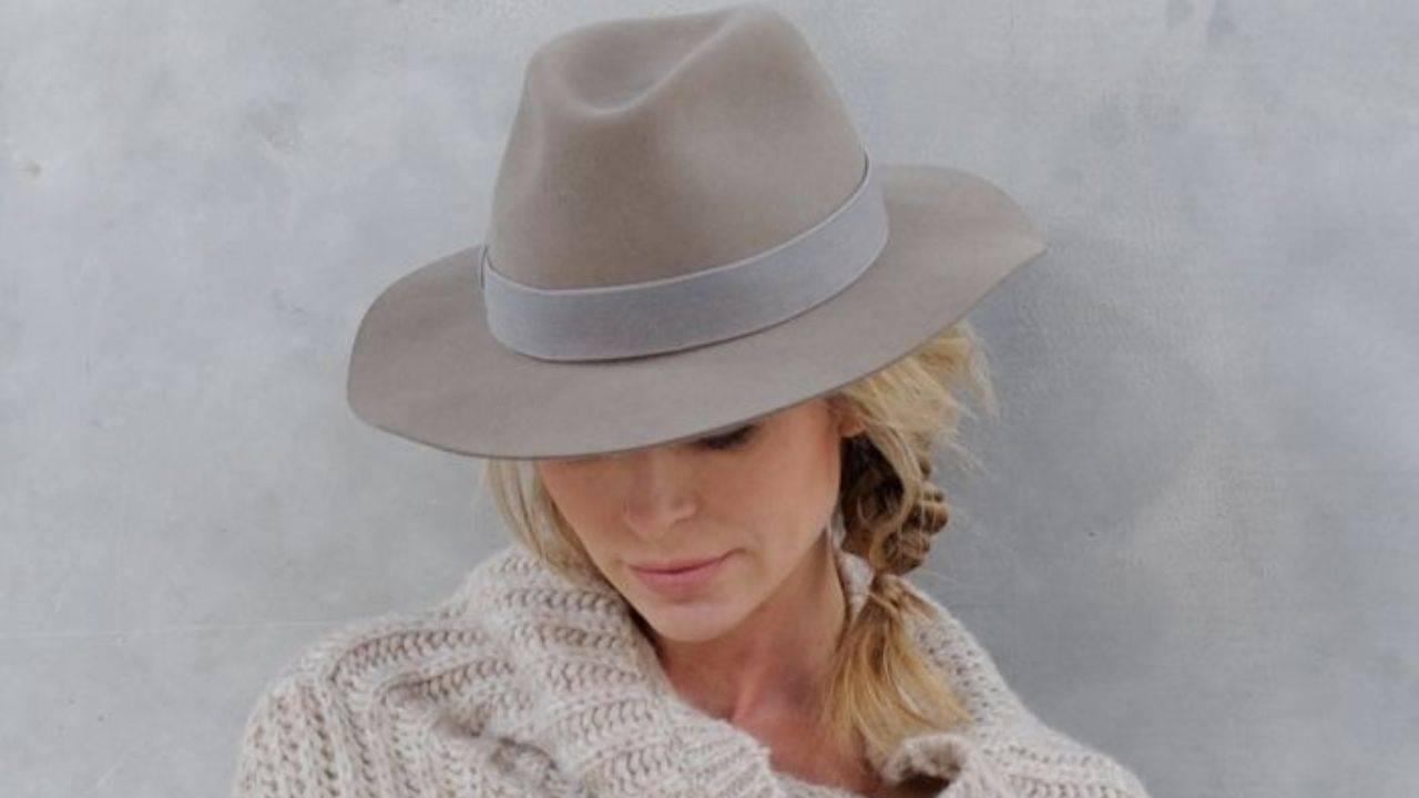 Cappello beige perfetto per le giornate d'autunno