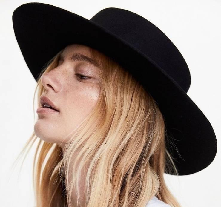 Cappello nero a tesa larga, un must.