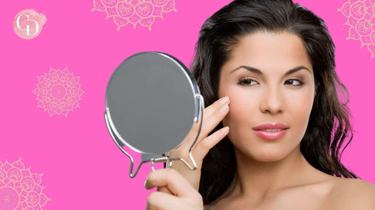 Pelle grassa errori makeup donna che si guarda allo specchio