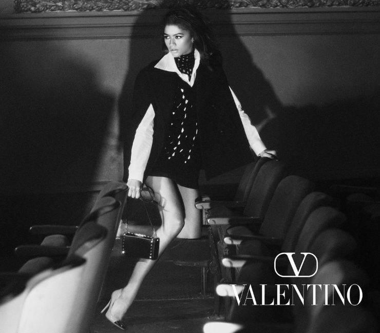 Mantella Valentino indossata da Zendaya, la testimonial.