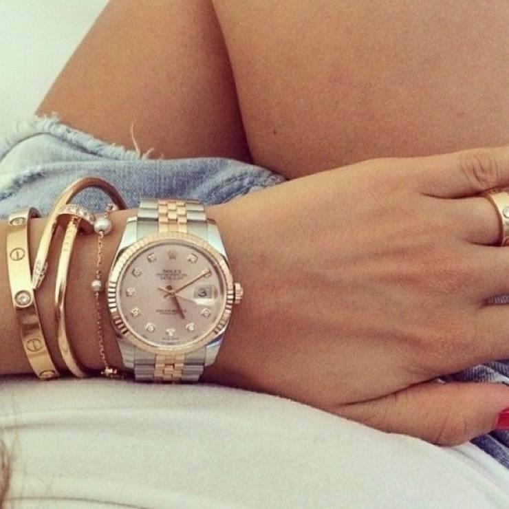 Orologio Rolex e bracciali Cartier, desiderati da tutte le donne.