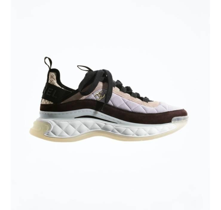 Sneakers Chanel in tessuto e pelle scamosciata.
